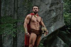 Spartanischer Krieger im Wald lizenzfreie stockbilder