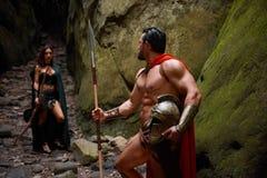 Spartanischer Krieger und seine Frau im Wald lizenzfreies stockbild