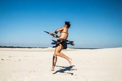 Spartanskt vänder dynamiskt i ett hopp med ett svärd royaltyfria bilder