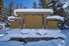Spartiacque continentale sul confine dei parchi nazionali di Kootenay e di Banff, passaggio di Vermilion, Alberta, Columbia Brita fotografia stock libera da diritti