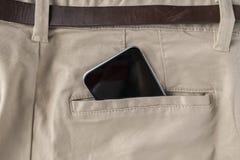 spartphone digital en pantalones de las personas o bolsillo trasero de los vaqueros, comunicaci?n moderna y conexiones a internet imagen de archivo libre de regalías