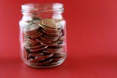 Sparungskonzept mit einer Geldablagerung stockbild