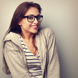 Spaßschönheit in den Gläsern mit glücklichem Lächeln Weinlese portrai Lizenzfreies Stockfoto