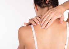 Spasmo del muscolo Donna con dolore della spalla e del collo e la lesione, vista posteriore, fine su, isolata su bianco immagine stock libera da diritti