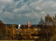 Spaso-Borodinsky kloster på det Borodino fältet i tidig höst royaltyfri foto