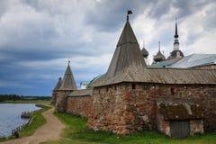Spaso-Preobrazhensky Solovetsky修道院在多云天 库存照片