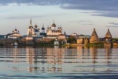Spaso-Preobrazhensky Solovetsky stavropegial修道院的看法在大索洛韦茨基群岛上的从日落的白海 Arkh 库存图片