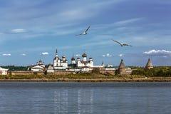 Spaso-Preobrazhensky Solovetsky stavropegial修道院的看法在大索洛韦茨基群岛上的从白海 阿尔汉格尔斯克州关于 库存照片