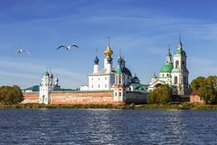 Spaso-Yakovlevsky Dimitriev修道院的看法从湖尼罗的 巨大rostov 免版税库存照片