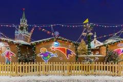 Spasskaya克里姆林宫塔和圣诞节市场,莫斯科,俄罗斯 库存图片