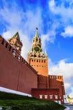 Spasskaya和克里姆林宫的皇家塔反对天空蔚蓝的在一好日子的日落在晚秋天 红场俄罗斯 图库摄影