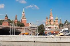 Spasskaya塔和圣蓬蒿的大教堂 免版税库存图片