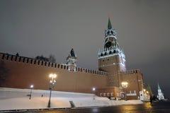 Spasskaya står hög av Moscow Kremlin på natten arkivfoton