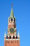 Spasskaya torn av MoskvaKreml i solig dag, Ryssland Arkivfoton