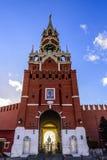 Spasskaya torn, chimes och en passage till Kreml mot den blåa himlen på solnedgången av en solig dag i sen höst röd fyrkant royaltyfri foto