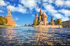 Spasskaya torn och St-basilikas domkyrka på röd fyrkant royaltyfri foto