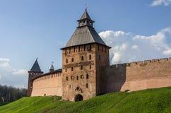 Spasskayatoren en muren van het Kremlin Veliky Novgorod royalty-vrije stock fotografie