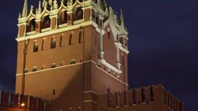 Spasskayatoren op de oostelijke muur van Moskou het Kremlin bij de lengtevideo van de nachtvoorraad stock footage