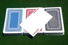 Spassvogel über drei Kartenstapelen Lizenzfreie Stockfotos