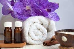Spastilleben med det aromatiska stearinljuset, orchidblomma, handduk, arom Arkivbilder