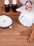 Spastilleben med det aromatiska stearinljuset, orchidblomman, handduken och ar Royaltyfria Bilder
