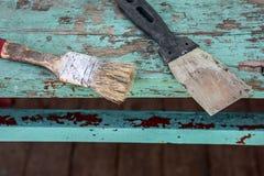 Spatel en borstel op een houten lijst royalty-vrije stock fotografie