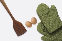 Spatel en groene handschoen en eieren op witte achtergrond Royalty-vrije Stock Afbeelding
