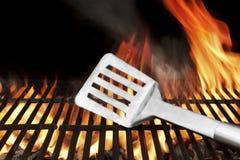 Spatel op de Vlammende BBQ Grill Stock Fotografie