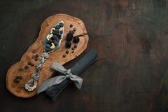 Spatel voor cake met noten, chocolade en bessen op de houten achtergrond Hoogste mening met exemplaarruimte Royalty-vrije Stock Afbeeldingen