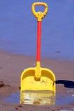 Spaten auf dem Strand Stockfoto