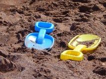 Spaten auf sandigem Strand lizenzfreie stockfotos
