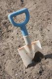 Spaten in der Sandgrube Lizenzfreie Stockbilder