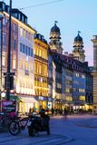 Spatenhaus chez Maximum-Joseph-Platz la nuit, Munich, Allemagne image stock