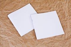 Spatie gesloten brochures bij een bruine gerimpelde document achtergrond Stock Foto's