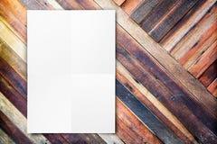 Spatie het gevouwen document affiche hangen op diagonale houten muur, Templa Royalty-vrije Stock Foto