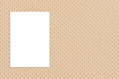 Spatie het gevouwen document affiche hangen op document textuurmuur, Malplaatje Royalty-vrije Stock Afbeelding