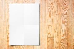 Spatie het gevouwen document affiche hangen op houten muur, Malplaatje onecht u Royalty-vrije Stock Fotografie