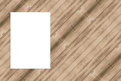 Spatie het gevouwen document affiche hangen op houten muur, Malplaatje onecht u Stock Fotografie