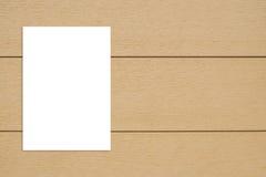 Spatie het gevouwen document affiche hangen op houten muur, Malplaatje onecht u Stock Foto's