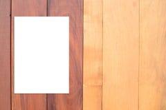 Spatie het gevouwen document affiche hangen op houten muur, Malplaatje onecht u Stock Afbeeldingen