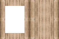 Spatie het gevouwen document affiche hangen op houten muur, Malplaatje onecht u Royalty-vrije Stock Afbeelding