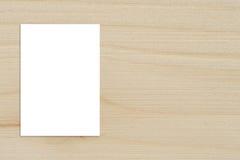 Spatie het gevouwen document affiche hangen op houten muur, Malplaatjemodel Royalty-vrije Stock Afbeeldingen