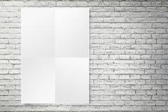 Spatie het gevouwen document affiche hangen op witte bakstenen muur, Malplaatje m Royalty-vrije Stock Afbeeldingen
