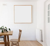Spatie ontworpen druk op witte muur in Deense gestileerde binnenlandse dinin Stock Afbeelding