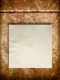 Spatie Verfrommeld document op oude muur Royalty-vrije Stock Afbeelding