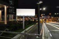 Spatie verlicht aanplakbord dichtbij weg en tunnel bij nacht het 3d teruggeven Royalty-vrije Stock Foto