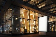 Spatie verlichte banner bij nacht naast commercieel centrum het 3d teruggeven Stock Afbeeldingen