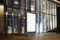 Spatie verlichte banner op een straat in de nachtstad het 3d teruggeven Stock Afbeeldingen