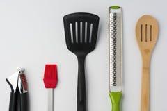 Spatola Zester del cucchiaio della spazzola della stampa di aglio sul raccolto bianco del fondo Immagine Stock Libera da Diritti