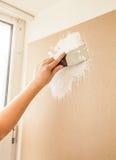 Spatula εκμετάλλευσης χεριών και εργασία με putty στοκ φωτογραφία με δικαίωμα ελεύθερης χρήσης